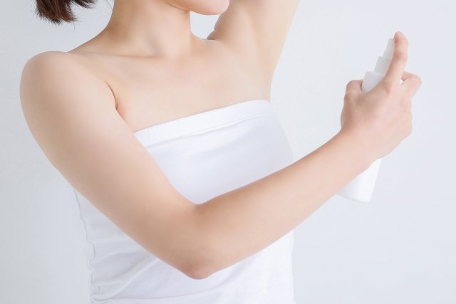 制汗剤を使用する女性